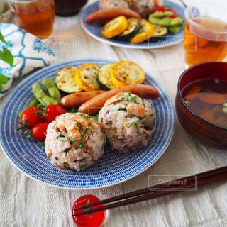 鮭と大葉のまんまるおにぎりでワンプレート朝ごはんの写真・画像素材[2482386]