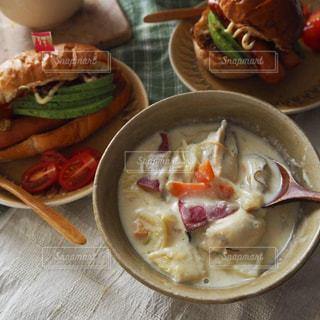 牡蠣のチャウダーとホットドッグの朝ごはんの写真・画像素材[2482388]
