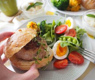 手作りハンバーガーで朝ごはんの写真・画像素材[2492111]
