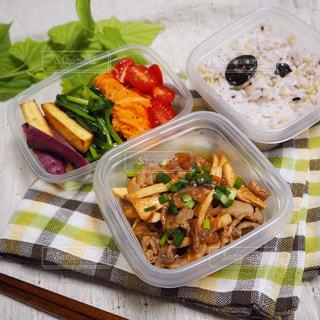 生姜焼きと彩り野菜のお弁当の写真・画像素材[3121491]