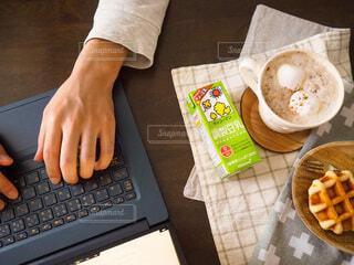 手,パソコン,人,カフェラテ,家カフェ,仕事,ソイラテ,在宅ワーク,ホッ豆乳,調製豆乳