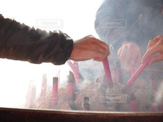 常香炉からくゆる煙を浴びての写真・画像素材[1728329]