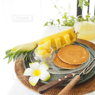 テーブルな皿にバナナをトッピングの写真・画像素材[1831382]
