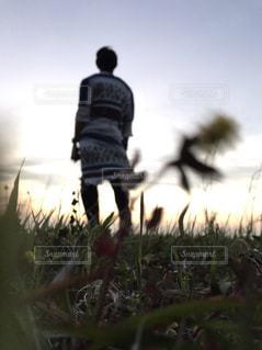 草原に佇む男性の写真・画像素材[2130673]