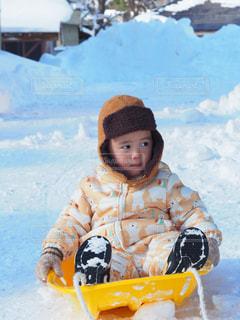 雪のボードを持っている人の写真・画像素材[1764487]