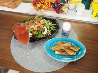 木製のテーブルの上に食べ物の皿の写真・画像素材[3216158]