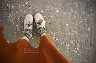 秋、スカートがなびくの写真・画像素材[1584537]