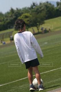 風景,空,スポーツ,芝生,屋外,緑,後ろ姿,景色,女の子,草,サッカーボール,人物,人,サッカー,ライフスタイル,履物