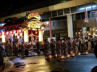 建物の前で舞台に立つ人々のグループの写真・画像素材[2461022]