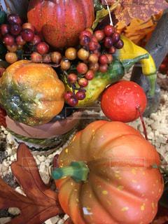果物や野菜の展示の山の写真・画像素材[1558512]