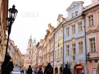 街の通りを歩いている人のグループの写真・画像素材[1537342]