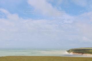 水域の真ん中にある島の写真・画像素材[2375092]