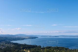 山を背景にした水域の眺めの写真・画像素材[2375104]