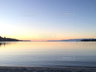 水の体の上の夕日の写真・画像素材[2378893]