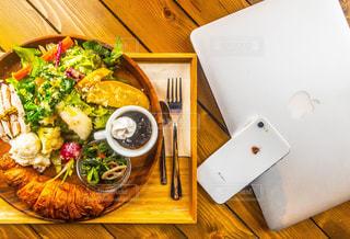 木製テーブルの上に座って食品のプレートの写真・画像素材[1558214]
