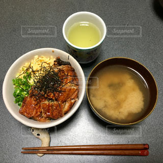 テーブルの上に食べ物のボウルの写真・画像素材[1644083]