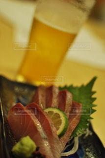 近くに食べ物のプレートのアップの写真・画像素材[1642261]