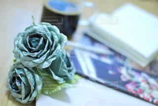 飲み物,コーヒー,カラフル,透明,本,バラ,薔薇,テーブル,ペン,机,ノート,マグカップ,グラス,書類,ペーパー,紙,描く,書く,ボールペン,インスタ,ばら,book,映え,ブック,かみ,データ,インスタ映え