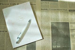 ピンク,茶色,ノート,書類,英字,英字新聞,ペーパー,ブラウン,茶,紙,シャーペン,シャープペンシル,かみ,データ,ページ