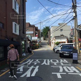 市内の通りを渡る人々 のグループの写真・画像素材[1814330]