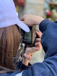 携帯電話で話す人の写真・画像素材[1829445]