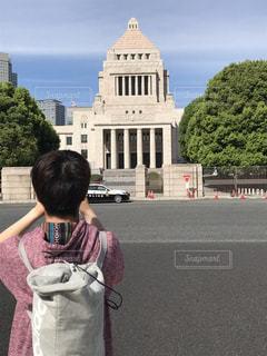 建物の前に立っている少年の写真・画像素材[1727651]