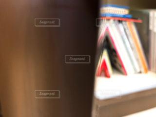 本の棚の上に座ってる書籍の写真・画像素材[1555709]