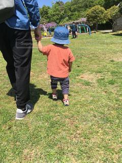 子ども,公園,芝生,後ろ姿,後姿,父と娘