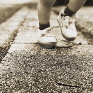 歩道に立っている人の写真・画像素材[2946151]