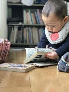テーブルの上に座っている赤ん坊の写真・画像素材[3737164]