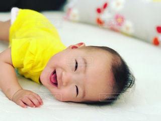 赤ちゃんのベッドの上で横になっています。の写真・画像素材[1590109]