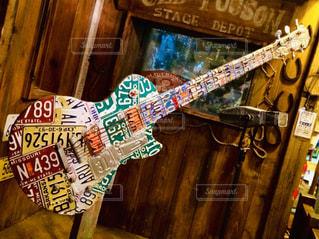ナンバープレートで作ったギターの写真・画像素材[1542962]