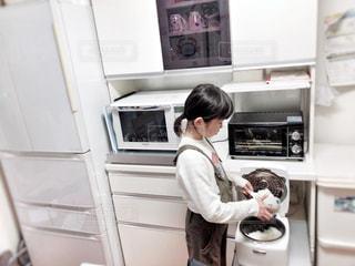 キッチン,屋内,白,子供,女の子,家,人,家具,ゴミ箱,家電,ホワイト,9歳,冷蔵庫,炊飯器,左利き,オーブンレンジ,ホワイトカラー