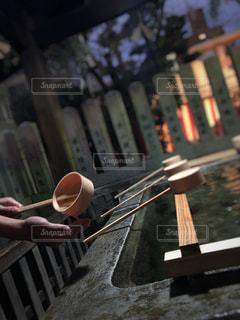 男性,冬,神社,手,男,柄杓,新年,お参り,手水舎,清める,フォトジェニック,手水鉢