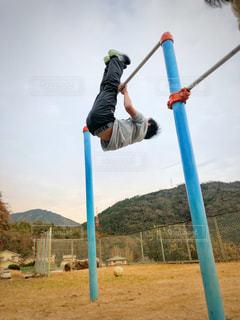 自分の背より高い鉄棒に挑戦!の写真・画像素材[1702786]