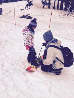 冬,雪,親子,子供,女の子,ニット帽,長靴,スノーボード,母と娘,広島県,母子,ボード,ウエアー,めがひらスキー場,手伝う
