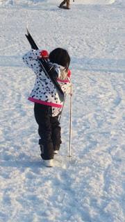 冬,雪,子供,女の子,スキー,水玉模様,島根県,ストック,スキー板,持つ,ウエアー,三井野原スキー場,かつぐ