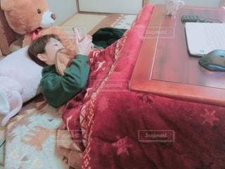 寝転がってスマホいじりの写真・画像素材[1747970]