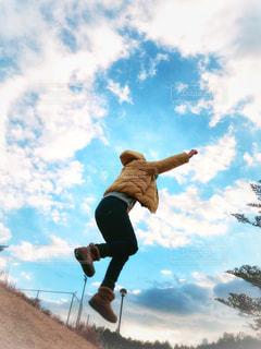 ジャンプする女性の写真・画像素材[1748991]
