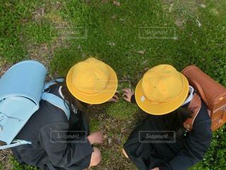 2人,自然,公園,春,屋外,緑,帽子,散歩,黄色,茶色,水色,子供,女の子,草,仲良し,三つ葉,人物,人,小学生,芝,友達,黄,制服,ランドセル,yellow,触る,キイロ