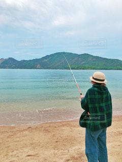 ブランケットを羽織る女性の写真・画像素材[2095695]