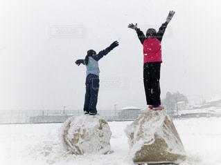 自然,冬,雪,白,後ろ姿,バンザイ,女の子,雪遊び,友達,グラウンド,9歳,グランド,外遊び,真冬,ジャージ