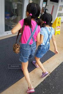 子ども,ファッション,屋外,ピンク,後ろ姿,水色,子供,女の子,少女,仲良し,人物,背中,外,人,後姿,服,友達,親友,デニム,お揃い,色違い,双子コーデ,お友達,つなぎ,お揃いコーデ,ふたつ結び