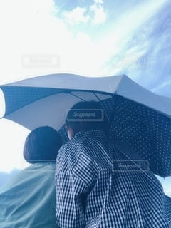 傘を持っている人の写真・画像素材[2184358]