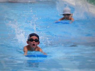 プールで泳いでいる男の子の写真・画像素材[2188789]