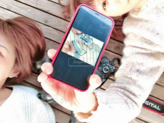 電話を持っている小さな女の子の写真・画像素材[2283270]