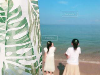 浜辺に立っている男の写真・画像素材[2329010]