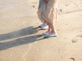 波打ち際に立つ女の子の写真・画像素材[2334586]