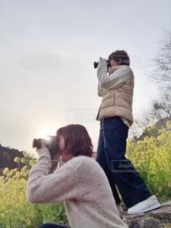 草の中に立っている人の写真・画像素材[2695810]
