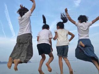 空中に飛び込む人々のグループの写真・画像素材[2817014]
